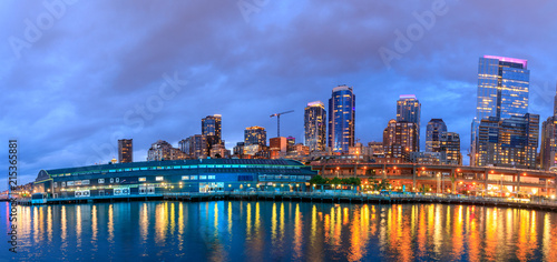 фотография Night view of Seattle Aquarium located on Pier 59 on the Elliott Bay waterfront in Seattle, Washington