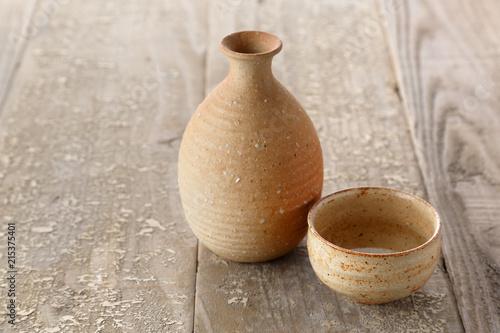 古い木のテーブルと日本酒