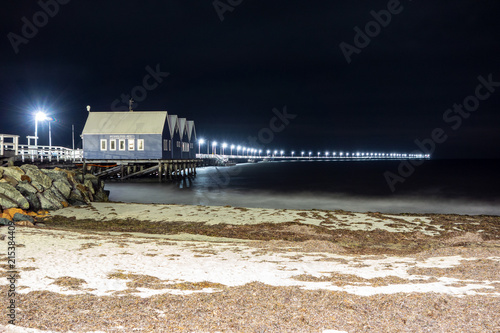 In de dag Poort Busselton Jetty, the longest pier on the Southern hemisphere, in Western Australia at night