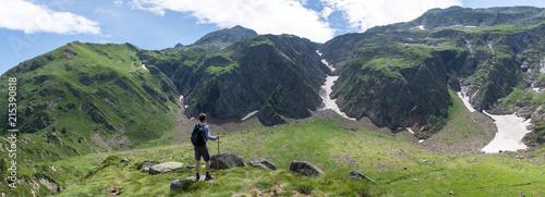 Turysta w pobliżu Green Lake, Luchon, Pireneje