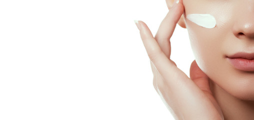 Lice ljepote. Lijepa mlada žena s čistom svježom kožom dodirnite svoje lice i tijelo. Tretman lica. Koncept kozmetologije, ljepote i lječilišta