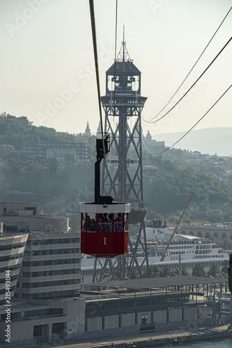 Foto  Loaded cable car coming in to Station