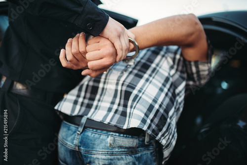 Slika na platnu Policeman arrests the car thief on road