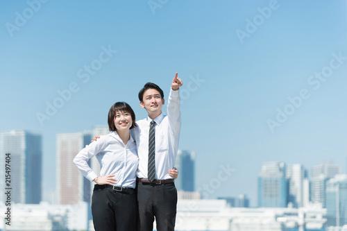 Valokuva  肩を組んで指をさす男女(ビジネスイメージ・目標)