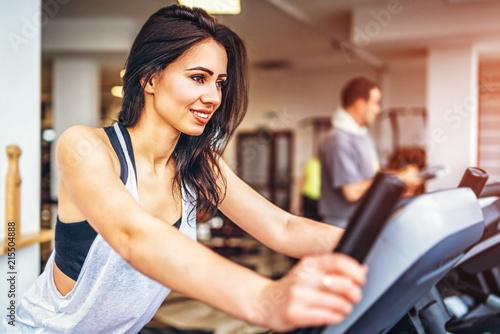 Foto op Plexiglas Fitness Cute sporty girl workout in the gym