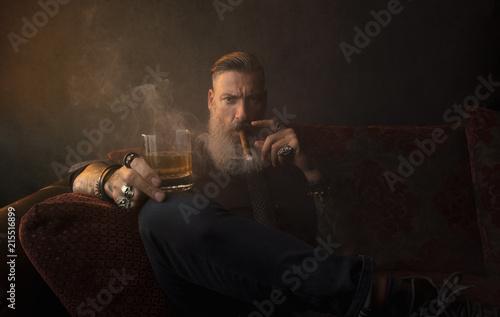 Photo Portrait eines attraktiven Geschäftsmannes mit einer Zigarre und einem Glas Whis
