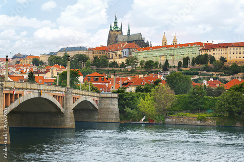 Photo  View of Prague castle across Vltava river in Prague, Czech Republic