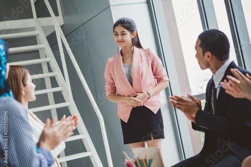 Fotografía  Business people clapping hands during meeting in office for their success in bus