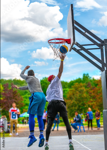 Photo  Two street basketball players having training outdoor