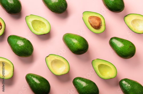 In de dag Pop Art Avocado pattern on pink background. Top view. Banner. Pop art design, creative summer food concept. Green avocadoes, minimal flat lay style.