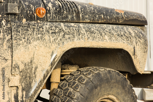 Photo  A car in the mud, after a trip off-road, close-up