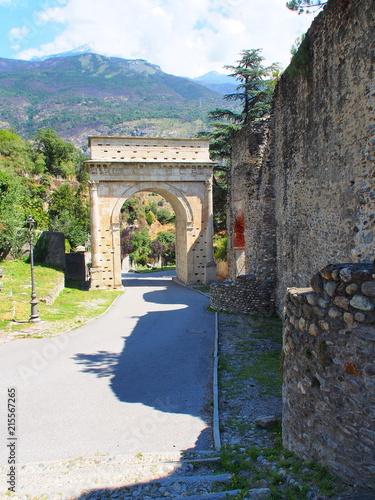 ville de susa dans le piémont en italie, arc de auguste Fototapeta