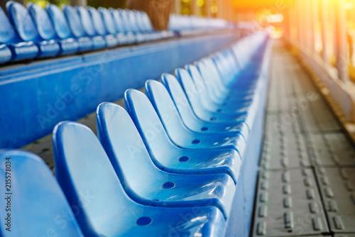 Plakat Puste plastikowe krzesła na trybunach stadionu