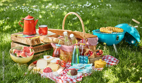 Foto Colourful summer BBQ picnic outdoors in a meadow