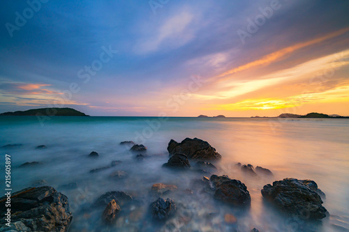 Papel de parede Long exposure shot of rocks on the sea at sunset