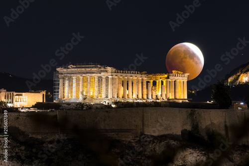 Mondfinsternis hinter dem Parthenon Tempel der Akropolis in Athen, Griechenland