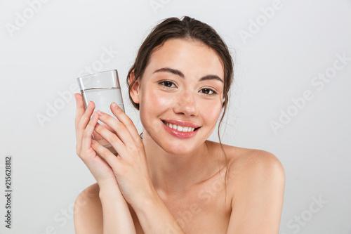 Staande foto Hoogte schaal Beauty portrait of a smiling young topless woman