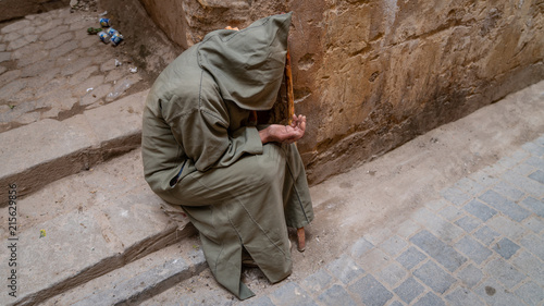 Photo Anonymous poor beggar in the street of Fez, Morocco.