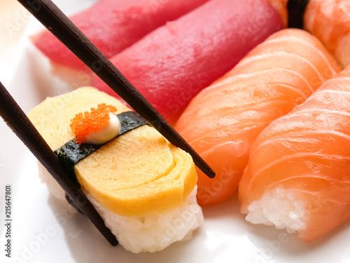 Photo japanese food salmon and tuna sushi delicious