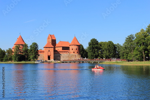 Foto op Plexiglas Kasteel Trakai Island Castle with stone walls and towers with red tiled roofs in Lake Galve, Lithuania