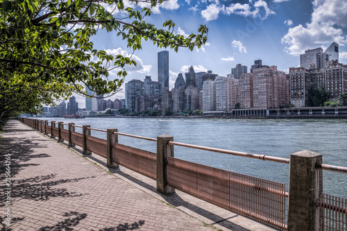 La pose en embrasure New York New york city skyline of midtown Manhattan and a path