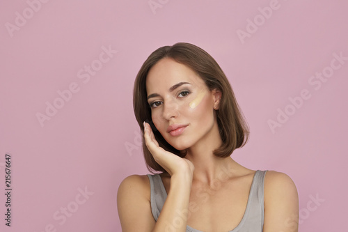 Fotografía  skin tone foundation line on young woman face, skin care concept