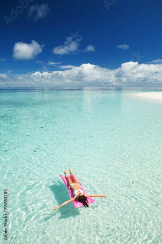 Photo  Woman swim and relax on inflatable mattress in the sea