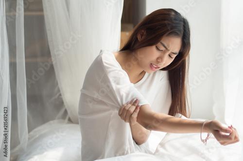 Fotografía  woman suffering from elbow joint pain, injury, rheumatoid or gout arthritis; asi