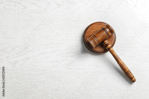 Fotomural Judge's gavel on light background, top view. Law concept