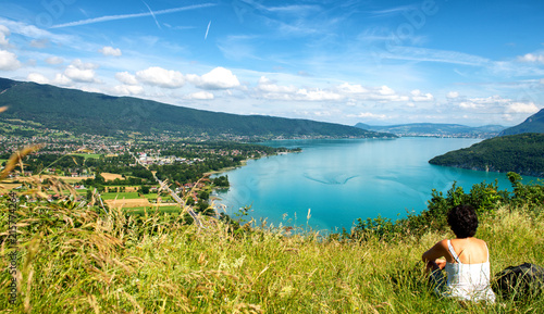 Foto op Aluminium Pool woman looking at Annecy lake in France
