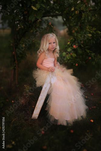 Fototapeta dziewczynka w ogrodzie obraz