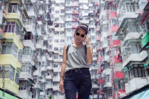 Photo  Portrait image of woman with a crowded residential building in hong kong