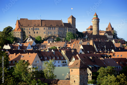Printed kitchen splashbacks Historical buildings Burg Kaiserburg in Nürnberg mit Altstadt im Sommer