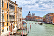 Der Canal Grande in der wunderschönen Altstadt von Venedig in Italien mit Schiffen und Booten und alten historischen Gebäuden