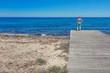 Kobieta stojąca na drewnianym pomoście nad morzem, Paphos, Cypr