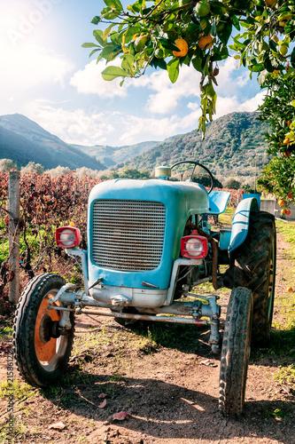 Stary jasnoniebieski ciągnik do upraw rolnych