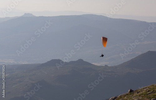 Deurstickers Luchtsport Paragliding in Serra do Larouco, Montalegre, Portugal.