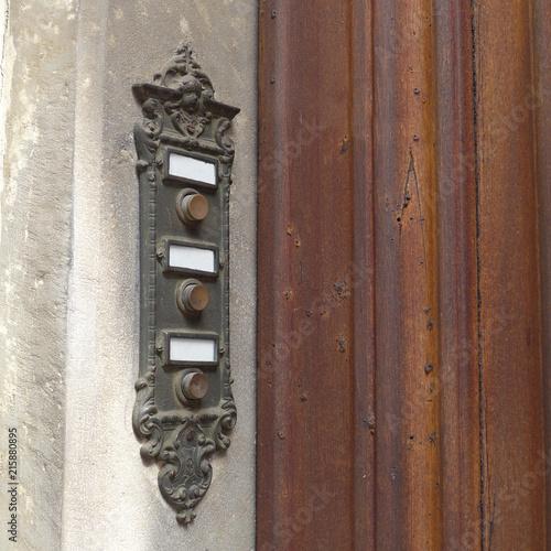Foto  antikes Klingelschild neben Holztür