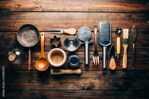 Fotografía  Top view of wooden rustic table with various kitchen utensils