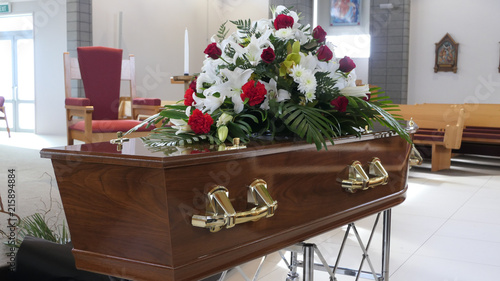 Foto closeup shot of a colorful casket in a hearse or chapel before funeral or burial