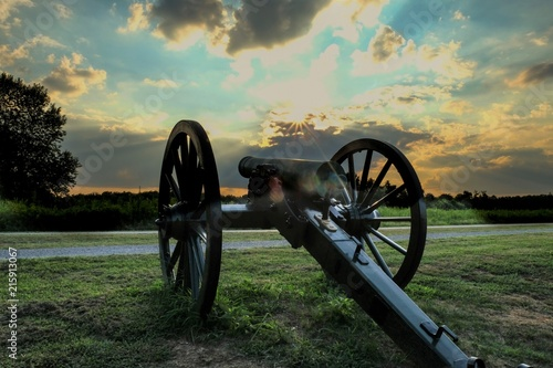 Fotografija an old Civil War cannon points towards the sunset at Stones River National Battl