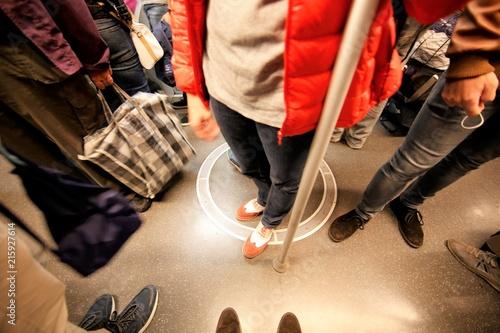 Cuadros en Lienzo Persone in metropolitana