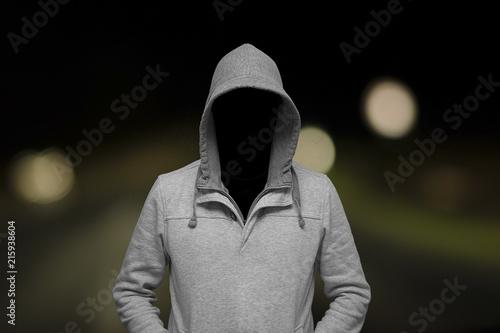 Unbekannter Mann steht einsam in der Dunkelheit Wallpaper Mural