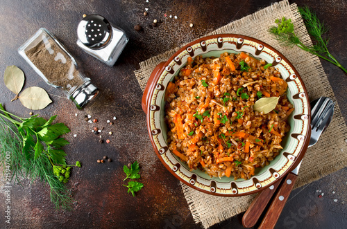 Fotografía  Buckwheat in a merchant manner (stewed with minced meat and vegetables)