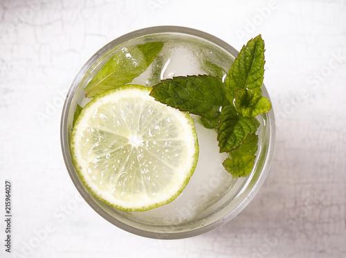 напиток мохито в прозрачном стакане стоит на столе