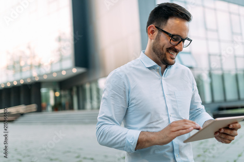 Photo  Portrait of businessman in glasses holding tablet