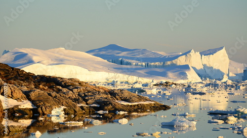 Papiers peints Arctique Icebergs by the coast
