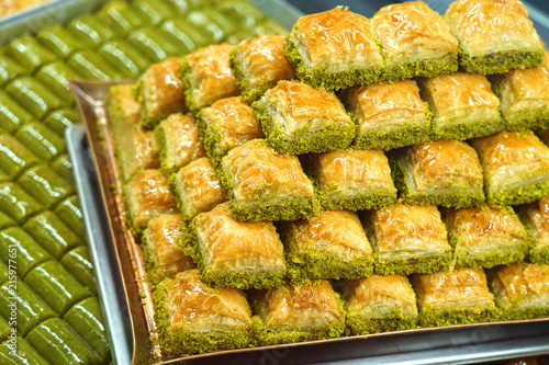 Photo Traditional, delicious Turkish baklava and green pistachio nut sarma