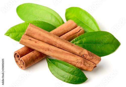 Carta da parati Ceylon cinnamon sticks and fresh cinnamon leaves isolated on white
