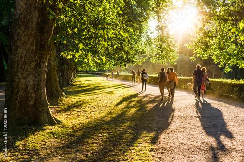 Spaziergänger im Park in der Abendsonne (2)